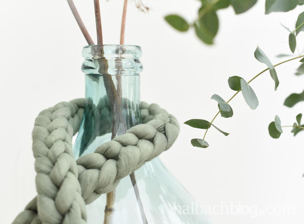 DIY Tutorial Halbachblog: dekorative Maschenkette aus dickem Strickschlauch mit den Fingern häkeln