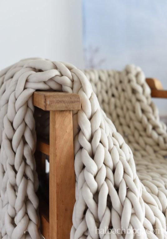 DIY-Tutorial Halbachblog: dicke Decke aus XXL Strickschlauch mit den Armen stricken