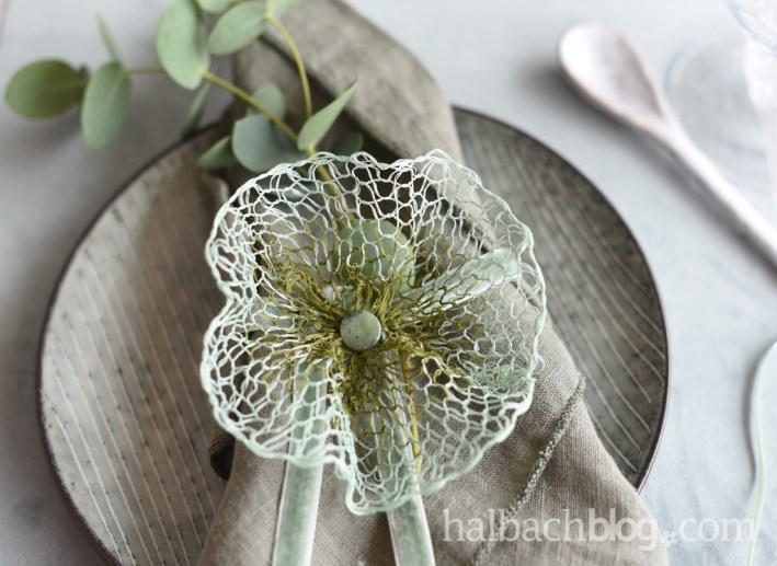 DIY-Anleitung Halbachblog: Blüten aus Gitterband als kreative Tischdekoidee
