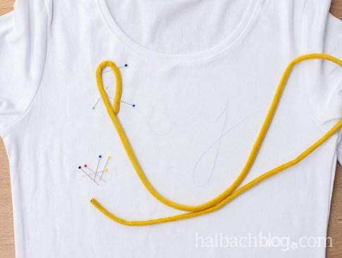 Halbachblog I DIY Idee: Shirt mit aufgenähtem Schriftzug aus Samtschnur I Step-by-Step Anleitung