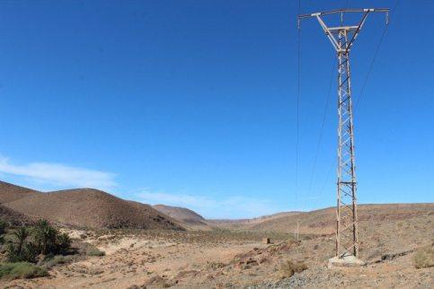 Los tendidos eléctricos son un peligro para las aves que se apoyan sobre estos al sur de Marruecos. Foto cedida por C. Machado y A. Godino.