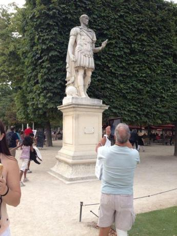 statue ipad