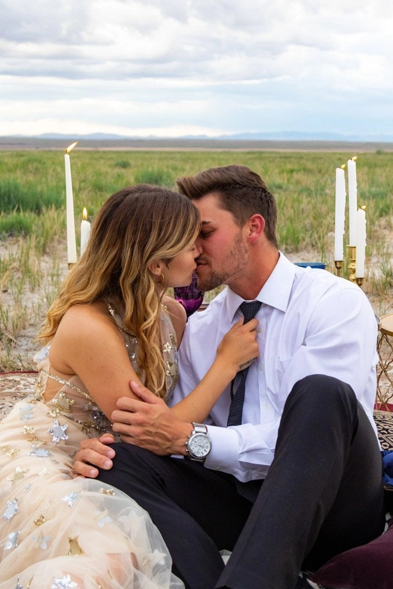 couple kissing in utah