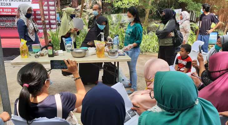 UKM Jurnalis dan PT TPL Latih Warga Kampung Sejahtera Buat Sabun Berbahan Minyak Atsiri Eucalyptus