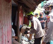 Naik Sepeda, Kapolsek Bagi Sembako Kepada Warga Terdampak Covid-19