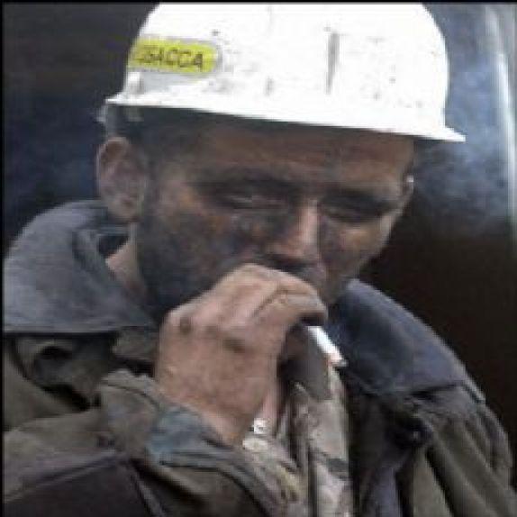 Sigara içen işçi.