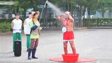 Photo of อาบน้ำก็ได้ ? Music Bank ฮาแตกเมื่อศิลปินปรากฎตัวพร้อมฝักบัวและกะละมัง
