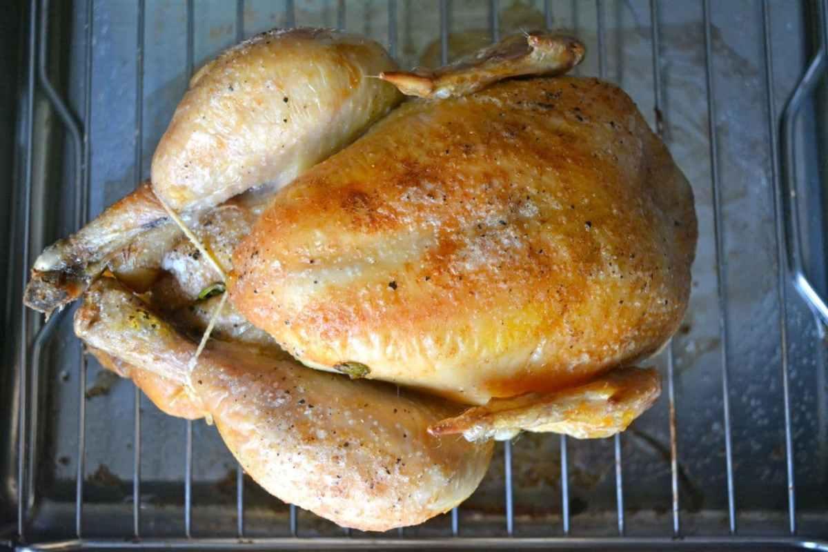 Helstekt kyckling i ugn med krispigt skinn