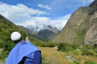 Vår guide Richard pekar ut vägen till Machu Picchu