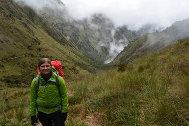 Rebecca är redo inför vandringen nedåt mot lägerplatsen.
