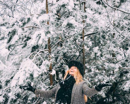 Kvinna i snöig skog