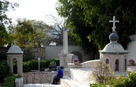 У гробницы праведной Тавифы