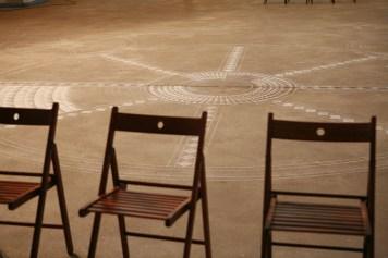 Центральная часть огородили стульями