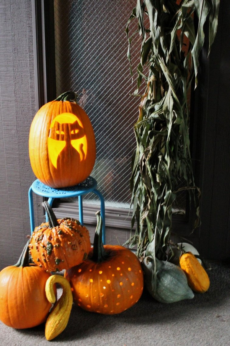Mid-century style Halloween front porch with mod cat and polka dot pumpkins