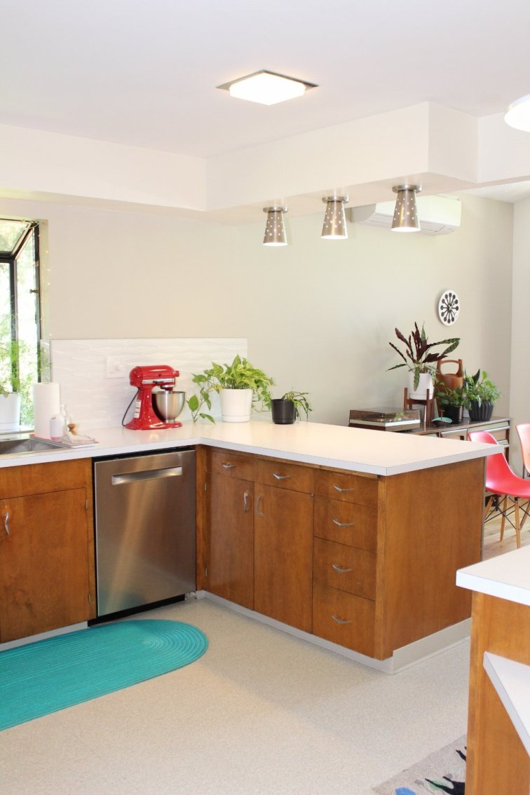 Mid-century modern kitchen after installing retro glitter laminate