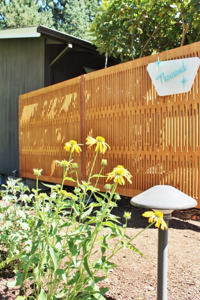 Modern wood privacy screen adds curb appeal to mid-century house