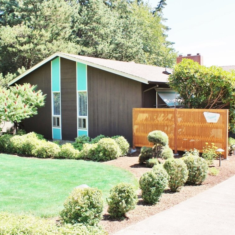 Mid-century modern ranch curb appeal makeover with turquoise accent paint