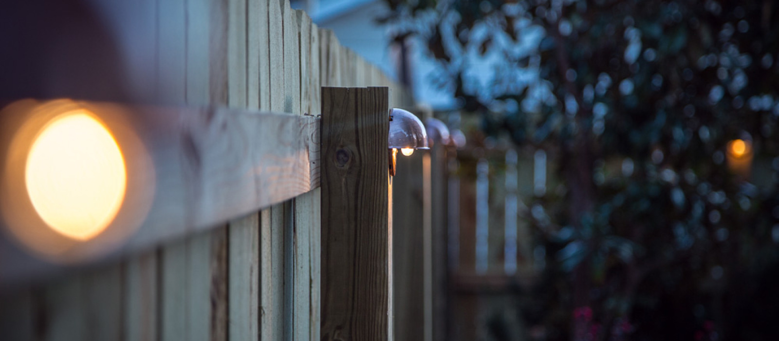 http www hammerandmoxie com projects diy wood privacy fence accent lighting