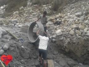 Mit den Zementringen wird nach und nach eine Art Brunnen errichtet.