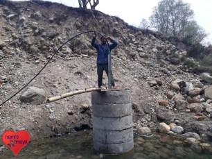 Nun wird die Pumpe errichtet. Von dem Brunnen wird das Wasser über Schläuche ins Dorf gepumpt.