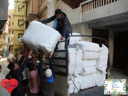 Schwere Last... in einem dieser Säcke befinden sich 100 Schultaschen!!!