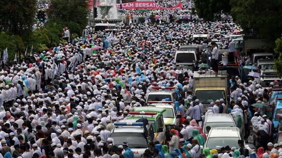 Hunderttausende Muslime protestieren in Indonesien gegen den Gouverneur von Jakarta. Quelle: dpa