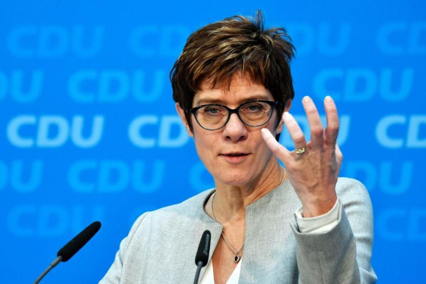 CDU: Annegret Kramp-Karrenbauer zeigt erstmals in Brüssel Flagge