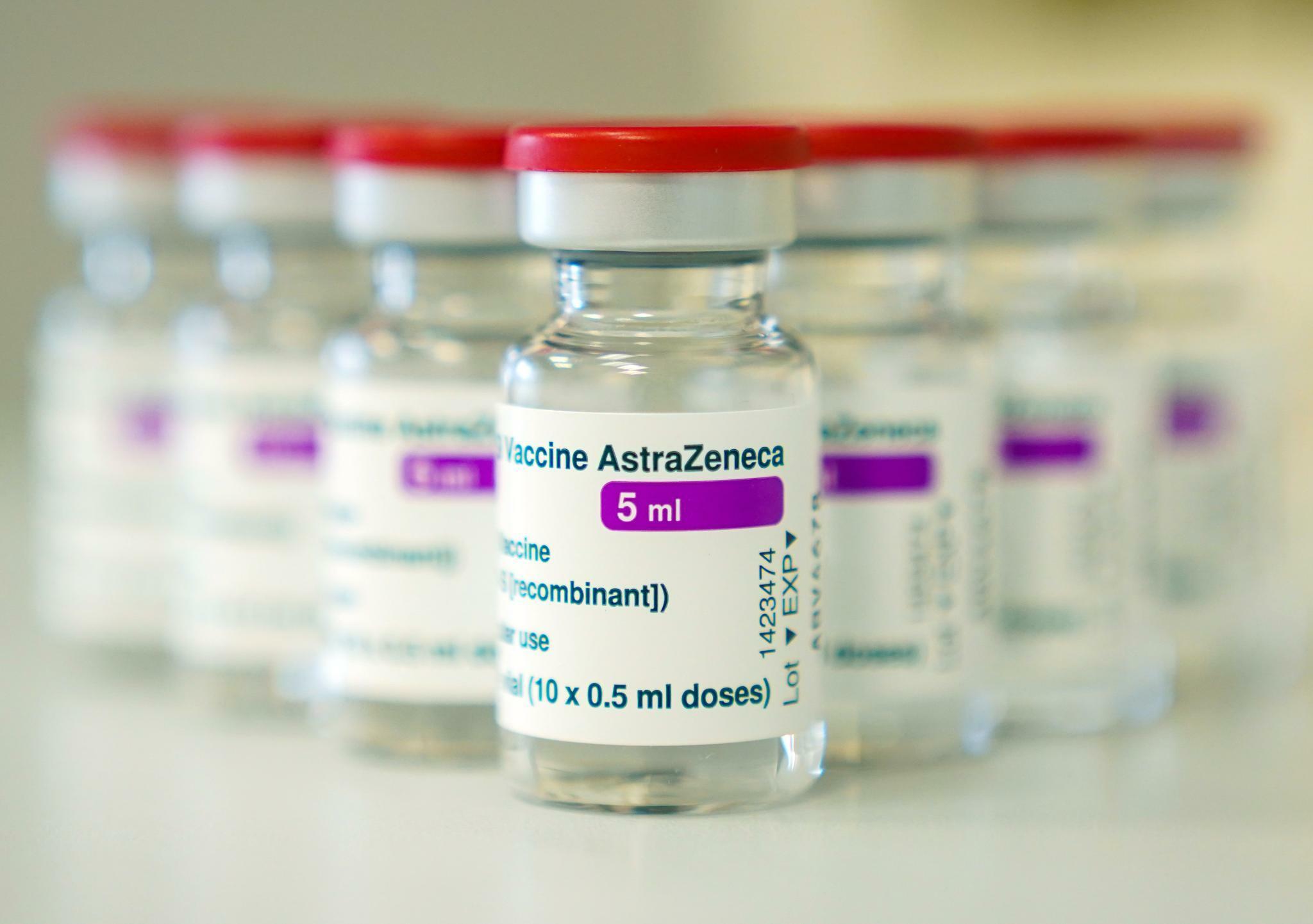 https www handelsblatt com politik international corona news astra zeneca senkt lieferungen an eu auf 100 millionen impfdosen im ersten halbjahr 25471608 html