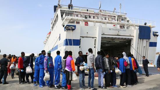 Wer es auf die italienische Insel Lampedusa geschafft hat, der ist gerettet. Die Behörden bringen gestrandete Flüchtlinge auf das italienische Festland. Quelle: ap