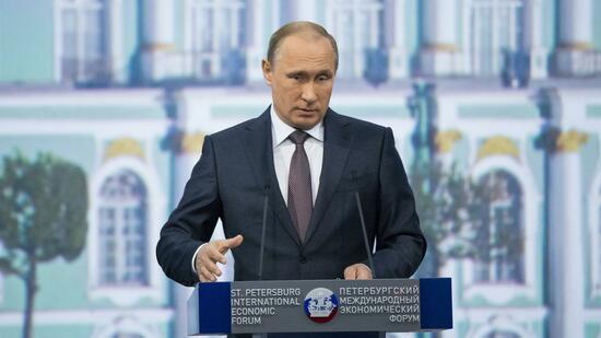 Auf dem Wirtschaftsgipfel in St. Petersburg macht Kremlchef Wladimir Putin Werbung für westliche Partnerschaften. Quelle: ap