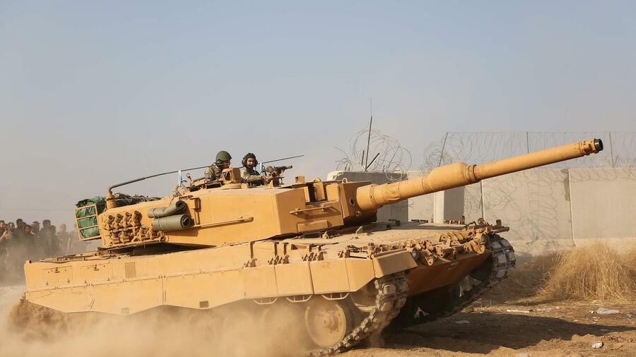 Die Türkei hat offenbar eine syrische Rebellengruppe mit Ausrüstung und schwerem Gerät versorgt. Quelle: AFP