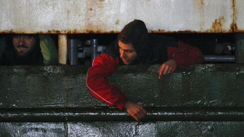"""Flüchtlinge an Bord des Frachters """"Ezadeen"""": Menschenverachtende Praxis. Quelle: Reuters"""