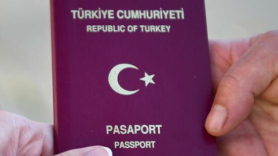 Bürger mit einem solchen Pass könnten immer mehr Probleme bei der Einreise nach China bekommen. Quelle: dpa