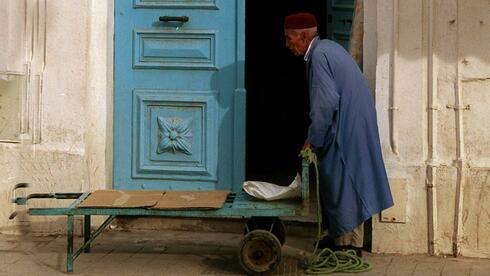Ein Mann in der Innenstadt von Tunis, Tunesien.