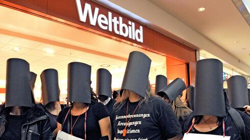 Mitarbeiter der Weltbild-Verlagsgruppe demonstrieren im Oktober in Augsburg für den Erhalt ihrer Arbeitsplätze. Das den deutschen Diözesen gehörende Unternehmen hat die Zahlung für den Verlag eingestellt. Quelle: dpa