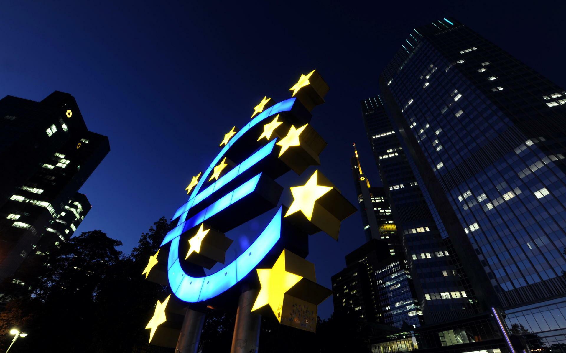 Euro-Zeichen vor der Europäischen Zentralbank in Frankfurt am Main. Quelle: dapd