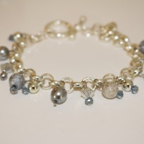 Armband i silver, ljusblått, vitt