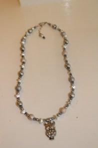 Halsband i ljusblått, silver och vitt med uggleberlock