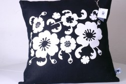 Fantasiblommor på svart linnekudde