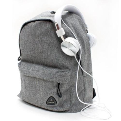 koptelefoon op de montana rugzak van verhaak met grijze kleur