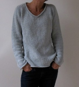 """Iniziamo da un modello. Ho scelto il maglione con lo scollo a """"V"""" creato da  Heidi Kirrmaier e pubblicato su Raverly. È semplice e unisex. 2dbe642d8773"""