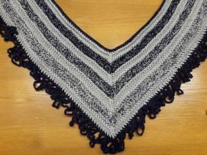 """I due lati più lunghi della sciarpa che ha la forma della lettera """"V""""  misurano circa 100 cm. Ho scelto due colori  blu e grigio per creare le  sfumature. b23da373472e"""
