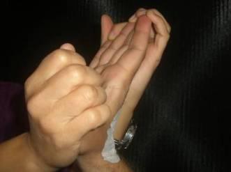 Durchbewegen der IP-Gelenke in Hakenstellung bei gestreckten Grundgelenken und gestrecktem Handgelenk - Extensionsstellung