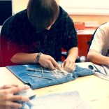 Männlicher Jugendlicher bei Feilarbeiten mit Speckstein