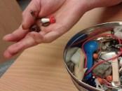 In-die-Hand-nehmen von verschiedenen Gegenständen bach Luxationen der Langfinger