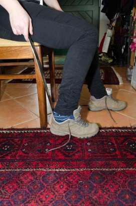 Fotografie des Anziehens von Schuhen mit Hilfe eines Schuhlöffels