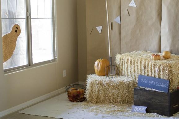 halloween-photobooth-with-ghost-decor-578x385