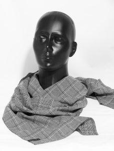 Schwarz/Weiss Schal um einen schwarzen Modellkopf gelegt