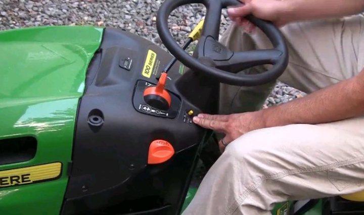 Controls of the John Deere LA115