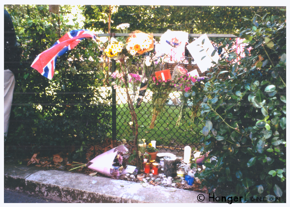 American Embassy 2001 tribute response in London soon after the event.